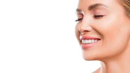 Photo pour Close up portrait of a smiling woman. - image libre de droit