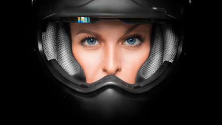 Photo pour Close up view of a woman face in biker helmet. - image libre de droit