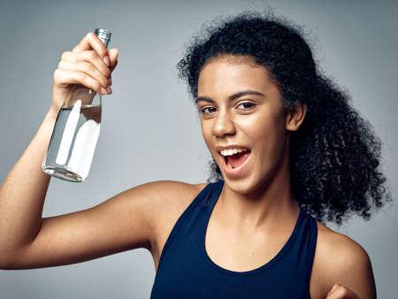 Photo pour sport water bottle happy woman healthy - image libre de droit