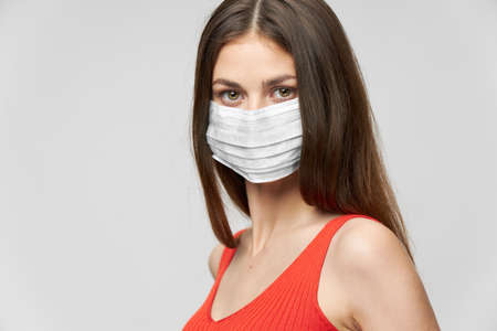 Photo pour Woman in a medical mask and Red T-shirt look ahead - image libre de droit