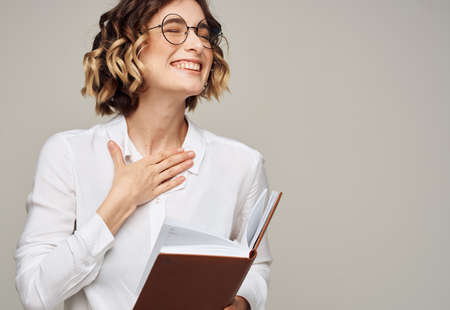 Photo pour woman with notepad on gray background indoors gesturing with hands work office education - image libre de droit