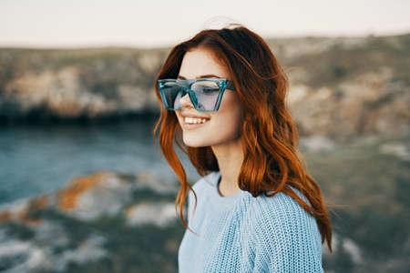 Photo pour cheerful pretty woman in blue glasses outdoors travel luxury - image libre de droit