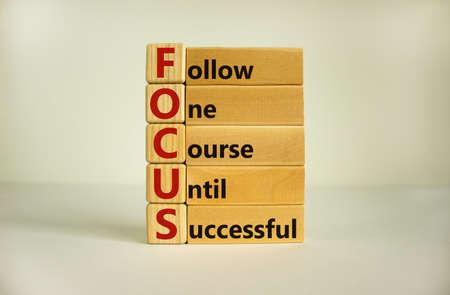 Photo pour Wooden cubes and blocks with words 'FOCUS, follow one course until successful'. Beautiful white background, copy space. Business concept. - image libre de droit