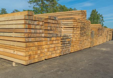 Photo pour wooden bar complex in a warehouse. - image libre de droit
