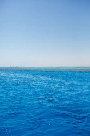 Photo pour Photo of the red sea, bright sun - image libre de droit