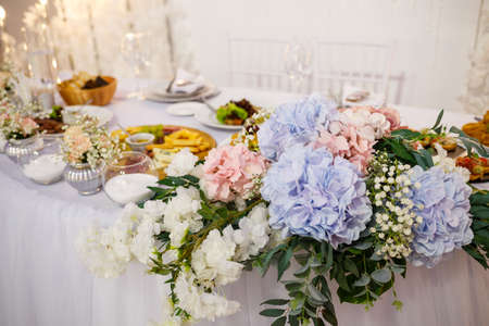 Foto für Wedding table for newlyweds with beautiful decorations - Lizenzfreies Bild