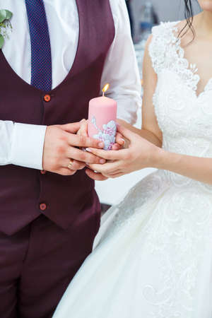 Photo pour bride and groom lighting a candle together - image libre de droit