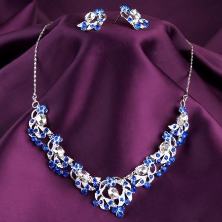 Photo pour fashion necklace and earrings on purple silk background - image libre de droit