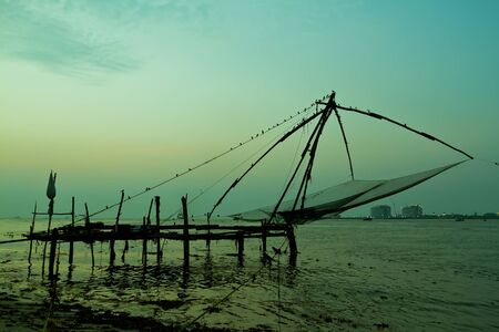 Photo pour Chinese fishing net at sunset in Cochin, Fort Kochi, Kerala, India - image libre de droit