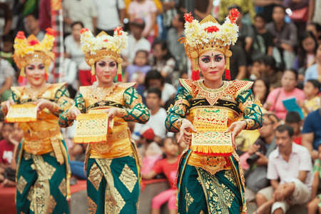 Photo pour BALI, INDONESIA - JUNE 28, 2015: Beautiful women group dressed in colorful sarongs - Balinese style female dancer costume, dancing traditional temple dance Legong at Bali Art and Culture Festival show - image libre de droit