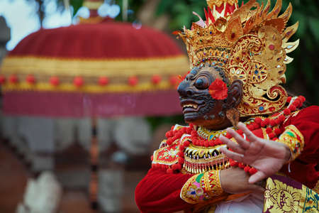 Photo pour Traditional Balinese costume and mask Tari Wayang Topeng - characters of Bali culture. Temple ritual dance at ceremony on religious holiday. Ethnic festivals, arts of Indonesian people - image libre de droit