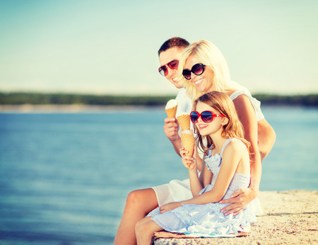 Photo pour summer holidays, celebration, children and people concept - happy family eating ice cream - image libre de droit