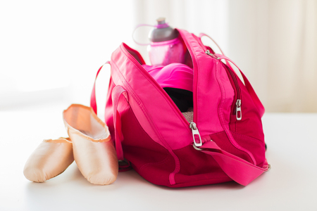 Photo pour sport, fitness, ballet and objects concept - close up of pointe shoes and sports bag - image libre de droit