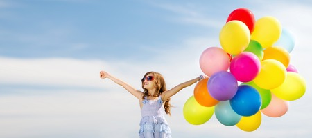 Foto de summer holidays, celebration, family, children and people concept - happy girl with colorful balloons - Imagen libre de derechos