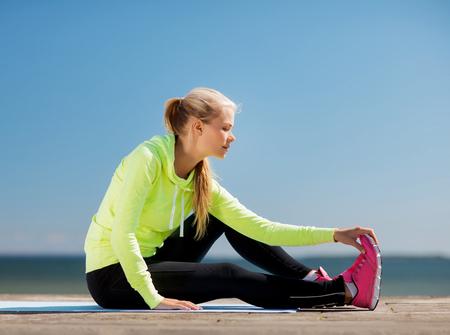 Photo pour sport and lifestyle concept - woman doing sports outdoors - image libre de droit