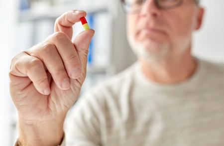 Photo pour close up of old man hand with pill - image libre de droit