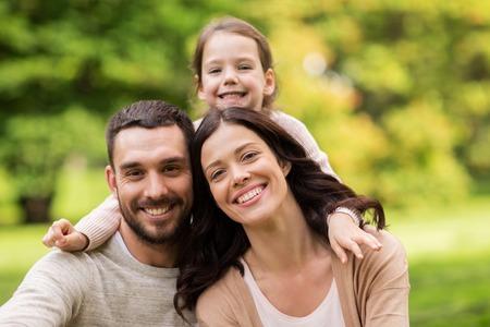 Photo pour happy family in summer park - image libre de droit