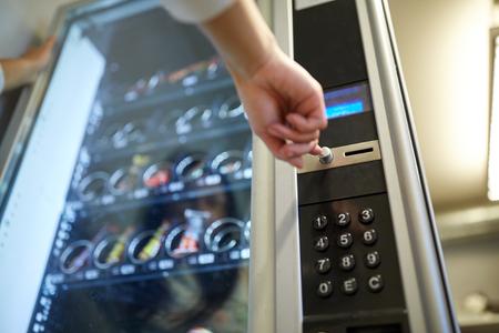 Photo pour hand pushing button on vending machine - image libre de droit