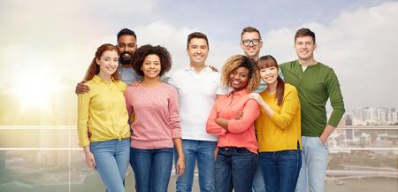 Photo pour diversity, race, ethnicity and people concept - international group of happy smiling men and women over singapore city background - image libre de droit