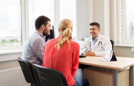 Photo pour couple visiting doctor at family planning clinic - image libre de droit