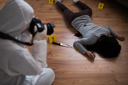 Foto de criminalist photographing dead body at crime scene - Imagen libre de derechos