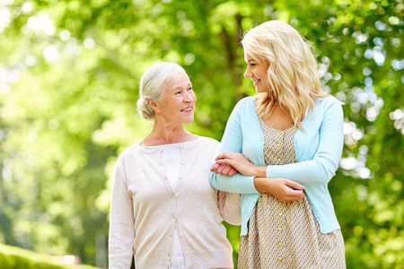 Foto per daughter with senior mother at park - Immagine Royalty Free