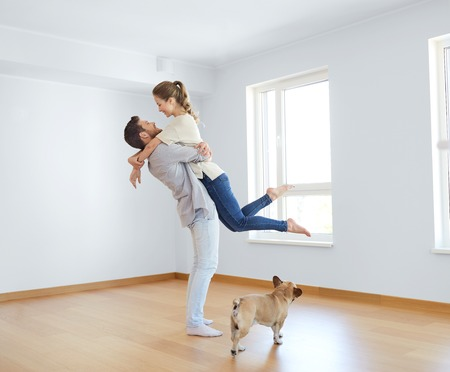 Photo pour happy couple at empty room of new home - image libre de droit