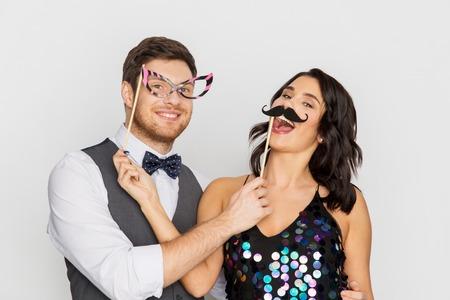 Foto de happy couple with party props having fun - Imagen libre de derechos