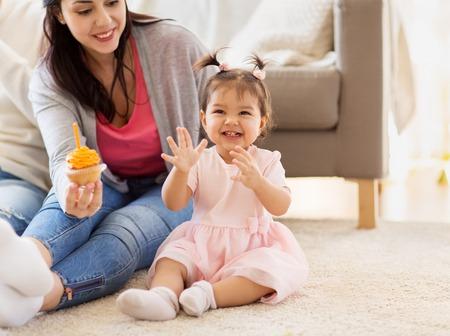 Foto de baby girl with mother at home birthday party - Imagen libre de derechos