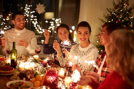 Foto de happy friends celebrating christmas at home feast - Imagen libre de derechos