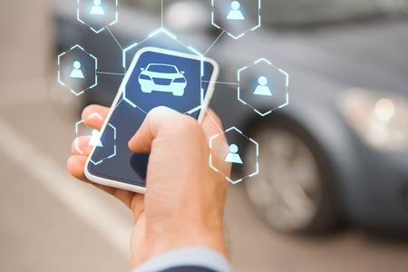 Photo pour businessman hand with smartphone car sharing app - image libre de droit