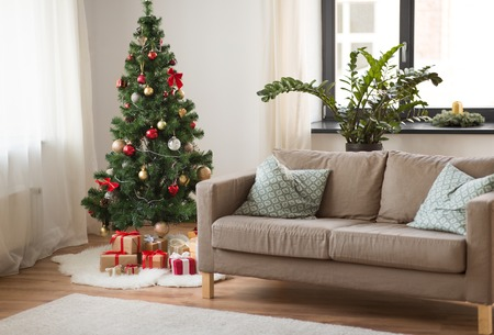 Photo pour christmas tree, gifts and sofa at cozy home - image libre de droit