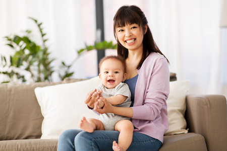 Photo pour happy young asian mother with little baby at home - image libre de droit