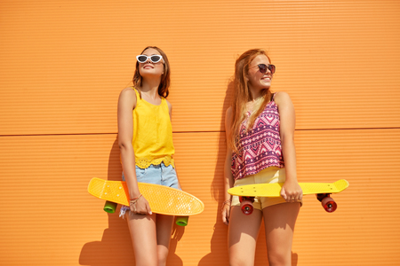 Foto de teenage girls with short skateboards in city - Imagen libre de derechos