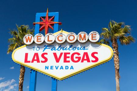 Foto de welcome to fabulous las vegas sign and palm trees - Imagen libre de derechos