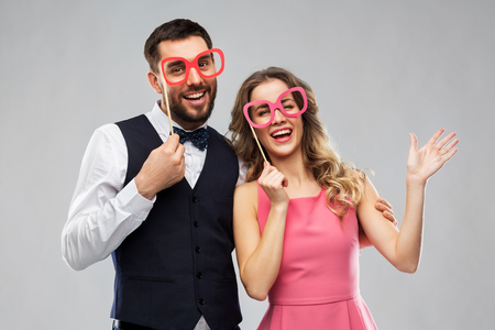Foto de couple with party props having fun and posing - Imagen libre de derechos