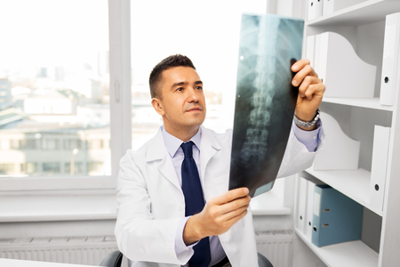 Photo pour doctor with x-ray scan at hospital - image libre de droit