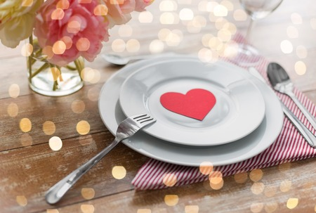 Foto de Close up of table setting for valentines day - Imagen libre de derechos