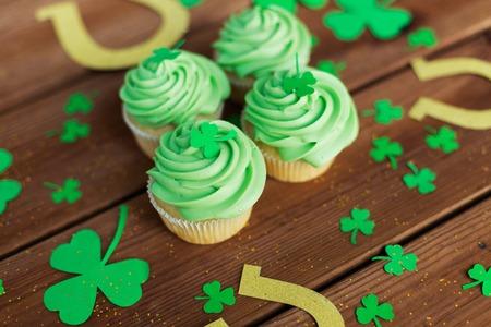 Photo pour green cupcakes, horseshoes and shamrock - image libre de droit