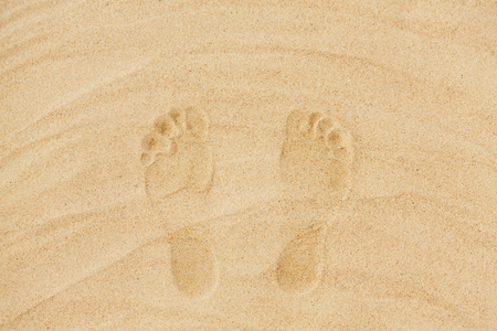Photo pour summer vacation concept - footprints in sand on beach - image libre de droit