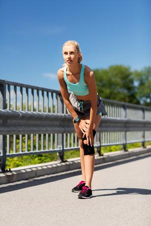 Foto de young woman with knee support brace on leg - Imagen libre de derechos