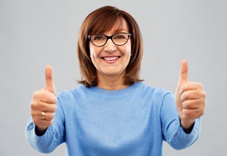 Foto de portrait of senior woman showing thumbs up - Imagen libre de derechos