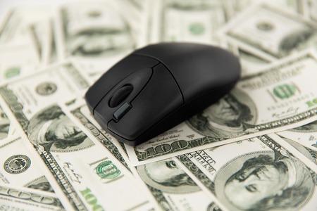 Photo pour Close up of computer mouse on us dollar money - image libre de droit