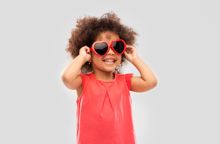 Foto de African American girl in heart shaped sunglasses - Imagen libre de derechos