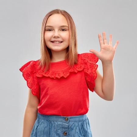 Photo pour smiling girl in red shirt showing five fingers - image libre de droit
