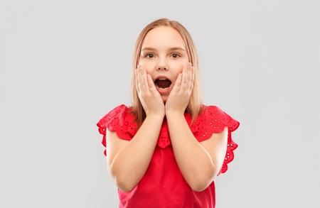 Foto de shocked girl in with open mouth - Imagen libre de derechos