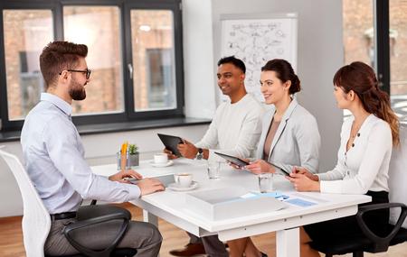 Photo pour recruiters having job interview with male employee - image libre de droit