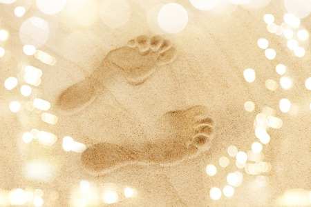 Photo pour footprints in sand on summer beach - image libre de droit