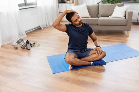 Photo pour man training and stretching body at home - image libre de droit