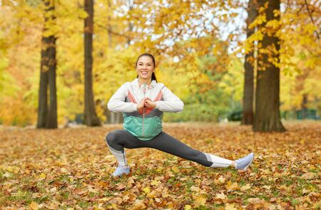 Photo pour Young woman doing sports at autumn park - image libre de droit